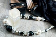 Kobieta strój Czarna koronki suknia, obuwiani sandały, kolia i pachnidło na popielatym drewnianym tle, Wieczór akcesorium dla prz Zdjęcia Stock