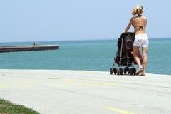 kobieta stroller plażowa Obrazy Stock
