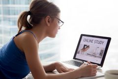 Kobieta studiuje online edukacyjnego kurs na internecie używać lapto zdjęcia royalty free