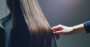 Kobieta stylisty zgrzywiony włosy Włosiany narządzanie zbiory wideo