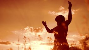 kobieta stylu życia modlenie na jej kolanach dziewczyna składał jej ręki w modlitewnej sylwetce przy zmierzchem zwolnionego tempa zbiory wideo