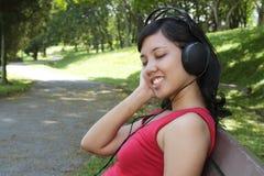 kobieta słuchająca muzyka Fotografia Royalty Free