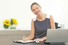 Kobieta sukcesu przy biurem Zdjęcie Royalty Free