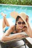 Kobieta sunbathing na sunbed fotografia stock