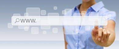 Kobieta surfing na internecie z cyfrowym dotykowym sieć adresu barem Obrazy Stock