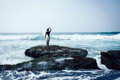 Kobieta surfingowiec z surfboard obrazy royalty free