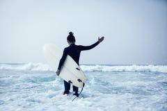 Kobieta surfingowiec z surfboard obraz stock