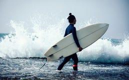 Kobieta surfingowiec z surfboard fotografia stock