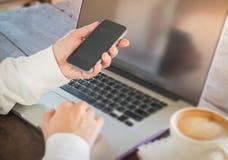 Kobieta surfuje internet z bezprzewodowym gadżetem Obraz Stock