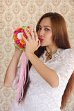 Kobieta szczęśliwa w miłość różanym bukiecie 3 Fotografia Stock