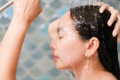 Kobieta szczęśliwa w prysznic przy łazienką obrazy stock