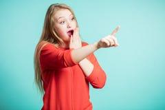 Kobieta szczęśliwi i zdziweni krzyki trzymają policzki ręką Piękna dziewczyna wskazuje patrzeć dobro wprowadzić swojego produktu  obraz stock