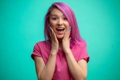 Kobieta szczęśliwi i zdziweni mienie policzki ręką fotografia stock