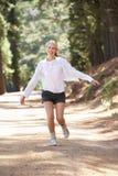 Kobieta szczęśliwie wzdłuż kraju pasa ruchu Zdjęcia Royalty Free
