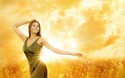 Kobieta Szczęśliwy dzień, dziewczyna Plenerowy styl życia, piękno model w naturze fotografia royalty free