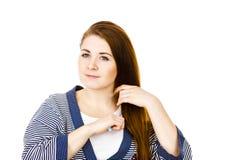 Kobieta szczotkuje jej długie włosy używa gręplę Zdjęcie Stock