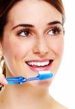 Kobieta szczotkuje zęby. zdjęcia stock