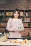 Kobieta szef kuchni odsiewa mąkę, ugniata ciasto Piekarnia lub Wypiekowy pojęcie ciasta jajka mąki składniki Zdjęcia Stock