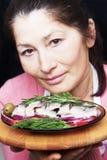 Kobieta szef kuchni oferuje naczynie uwędzona makrela Fotografia Royalty Free