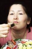 Kobieta szef kuchni oferuje naczynie uwędzona makrela Zdjęcia Royalty Free