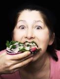 Kobieta szef kuchni oferuje naczynie uwędzona makrela Zdjęcia Stock