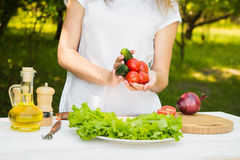 Kobieta szef kuchni trzyma świeżych vagetables Zdjęcie Royalty Free