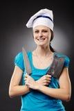 Kobieta szef kuchni trzyma nóż i siekacz fotografia stock