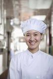 Kobieta szef kuchni w Jej kuchni obrazy royalty free