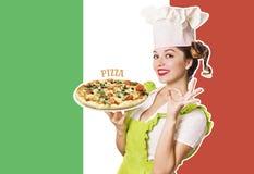 Kobieta szefa kuchni mienia pizza na włoszczyzny flaga tle Zdjęcie Stock