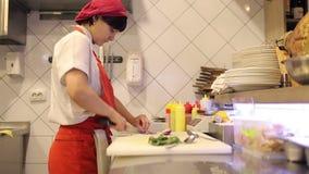 Kobieta szefa kuchni pokrojeni świezi warzywa i koper zbiory