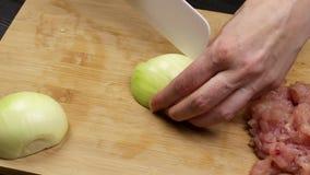 Kobieta szefa kuchni ręki cią cebulkowych plasterki dla smażyć lub sałatki Część proces kucharstwo na domowej roboty przepisie zdjęcie wideo