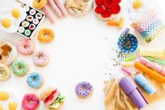 Kobieta szy od sukiennych donuts dla dziecka ` s gry istny Zdjęcia Royalty Free