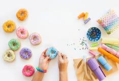 Kobieta szy od sukiennych donuts dla dziecka ` s gry istny Fotografia Royalty Free