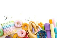 Kobieta szy od sukiennych donuts dla dziecka ` s gry istny Obrazy Stock