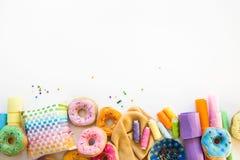 Kobieta szy od sukiennych donuts dla dziecka ` s gry istny Zdjęcie Stock