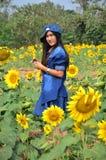 Kobieta Tajlandzki portret na słonecznika polu przy Saraburi Tajlandia Obrazy Stock