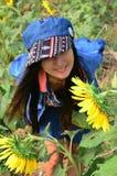 Kobieta Tajlandzki portret na słonecznika polu przy Saraburi Tajlandia Obrazy Royalty Free