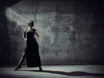 Kobieta tancerz, betonowego budynku otoczenia Obraz Stock