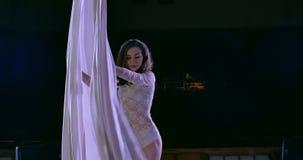 Kobieta tancerz na białym powietrznym jedwabiu, powietrzny contortion zbiory wideo
