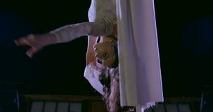 Kobieta tancerz na białym powietrznym jedwabiu, powietrzny contortion zbiory