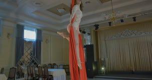 Kobieta tancerz na czerwonym powietrznym jedwabiu, powietrzny contortion zdjęcie wideo