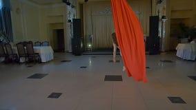 Kobieta tancerz na czerwonym powietrznym jedwabiu, powietrzny contortion swobodny ruch zbiory wideo