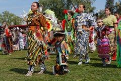 Kobieta tancerze przy uroczystym wejściem 49th roczny Zlany plemienia Pow no! no! obrazy royalty free