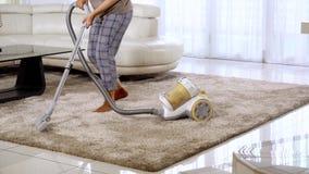 Kobieta taniec i vacuuming dywan zbiory