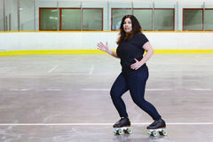 Kobieta taniec na kwadrat rolkowych łyżwach Obrazy Royalty Free