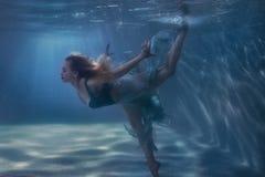 Kobieta taniec w podwodnym obrazy stock