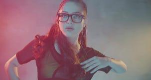 Kobieta taniec w studiu z neonowym koloru światłem zbiory wideo