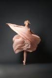 Kobieta taniec w szyfon sukni obraz stock