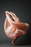 Kobieta taniec w szyfon sukni obrazy royalty free