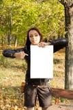 Kobieta target1012_1_ pustego podpisuje wewnątrz las Zdjęcia Stock